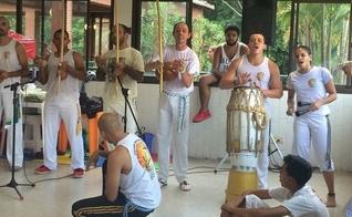 Pastor Roberto Cruvinel (com berimbau ao meio) é vice-campeão paulista da modalidade esportiva. (Foto: Facebook)