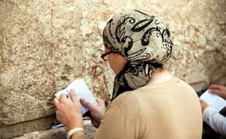 Mulher judaica orando no Muro das Lamentações, em Jerusalém. (Foto: Reprodução)