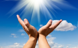 Mãos aos céus. (Foto: tapeciarnia.pl)