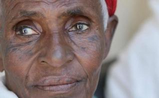 Imagem ilustrativa. A idosa conta que gastava muito dinheiro com curandeiros e nada acontecia, mas que Jesus a curou de graça. (Foto: Reprodução).