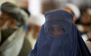 Mulheres são obrigadas a usarem burca no Afeganistão. (Foto: Breitbart)