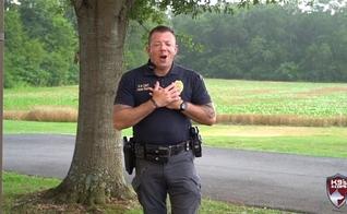 O vídeo do chefe de polícia Jason Hepler já atraiu mais de 50 milhões de visualizações no Facebook. (Foto: Reprodução).