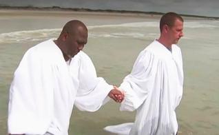 Ken Parker foi batizado pelo pastor William McKinnon, de uma igreja afro-americana. (Foto: NBC News)