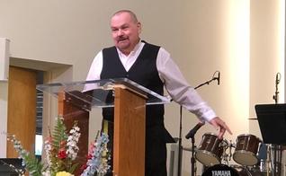 O pastor da Igreja Batista de Fairview, Mike Rice, contando testemunho aos membros. (Foto: Kentucky Today/Mark Maynard)