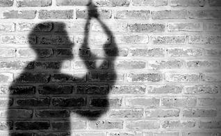 O jornal da Associação Médica Americana de Psiquiatria destacou a importância da fé em Deus para a prevenção ao suicídio. (Foto: MuyHistoria)