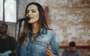 Heloisa assina a nova composição com o produtor musical Hananiel Eduardo. (Foto: Divulgação).