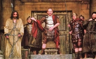 """Cena do filme """"Paixão de Cristo"""", de Mel Gibson, na qual Pilatos ouve o povo sobre a escolha de soltar a Jesus ou Barrabás. (Imagem: Youtube)"""