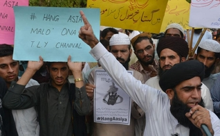 Muçulmanos pedem o enforcamento de Asia Bibi. (Foto: Herald Sun)