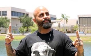Rene Martinez abandonou a criminalidade e hoje é um evangelista que visita presídios, reformatórios e batiza pessoas nas ruas. (Foto: miamiherald.com)