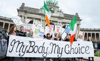Manifestantes em protesto a favor da legalização do aborto na Irlanda. (Foto: Romy Arroyo Fernandez/NurPhoto)