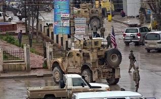 Imagem de um vídeo obtido pela AFPTV mostra as tropas dos EUA reunidas no local do ataque em Manbij, na Síria. (Foto: AFP)