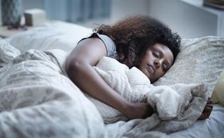 A melhor posição para dormir é de lado, o que tecnicamente é chamado de decúbito lateral. (Foto: JGI/Tom Grill/Getty Images)
