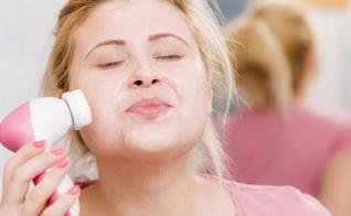 A limpeza de pele ajuda a controlar a oleosidade, as espinhas e a obstrução dos poros. (Foto: iStock)