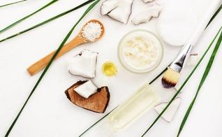 Aproveite benefícios do óleo de coco para hidratar os cabelos cacheados e crespos. (Foto: iStock)