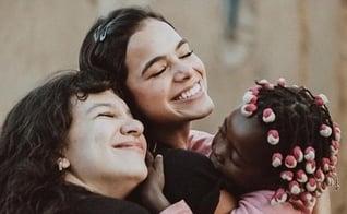 Bruna Marquezine e Priscilla Alcântara viajaram em ação missionária para a Aldeia Nissi, em Angola. (Foto: Instagram / Aldeia Nissi)