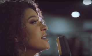 """Gabriela Gomes está divulgando sua nova canção, """"O Nome"""", gravada com a participação de Luma Elpídio. (Imagem: Youtube / Reprodução)"""