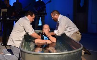 Richard Daddona foi curado da esclerose lateral amiotrófica (ELA) ao ser batizado em sua igreja. (Foto: Trinity Chapel Assembly of God)