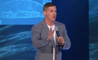 Pastor Craig Groeschel é líder da igreja Life.Church, em Oklahoma. (Imagem: Youtube / Reprodução)