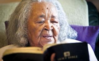 Hattie Mae Jimmerson Allen lê a Bíblia em sua casa em Temple, no Texas. (Foto: Josh Quinn/Telegram)