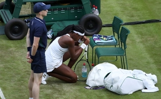 Tenista Coco Gauff, de 15 anos, agradece a Deus após fim de jogo. (Foto: Carl Recine/Reuters)