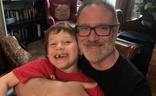 Jeffrey Younger (direita) perdeu a guarda de seu filho, James e agora não pode mais ver o garoto, a não ser que o trate como uma menina. (Foto: Fox 7 Austin)