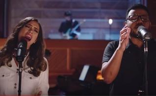 """Amanda Rodrigues e Eli Soares estão juntos no single """"Pra Te Guiar"""". (Imagem: Youtube / Reprodução)"""
