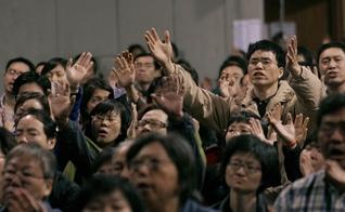 Cristãos participam de culto, na China. (Foto: Time)