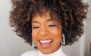 Sah Oliveira dá dicas para cabelos crespos no site Universa. (Foto: Reprodução/Universa)