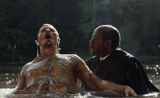 Pastor Kennedy batiza Mike Burden em um rio, após conversão do rapaz. (Imagem: Youtube / Reprodução)