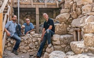 Dr. Shalev, Prof. Gadot e Yoav Vaknin, da direita para a esquerda. (Foto: Shai Halevi/Autoridade de Antiguidades de Israel)