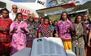 Já se passaram 20 anos desde que o povo Yali recebeu pela última vez novos exemplares da Bíblia em seu idioma. (Foto: Mission Aviation Fellowship)