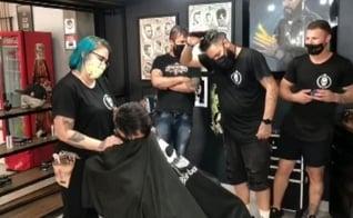 O grupo de barbeiros surpreendeu o empresário André Gonçalves, após ele decidir raspar a cabeça, devido ao tratamento do câncer. (Imagem: Facebook)