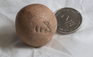 Antigo peso de dois siclos é descoberto próximo ao Muro das Lamentações. (Foto: Autoridade de Antiguidades de Israel)