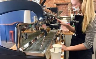 A barista Maddie Sims prepara bebidas na cafeteria Oliver Gospel Roastery. (Foto: Sarah Ellis/The State)