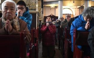 Cristãos chineses participam de momento de adoração em igreja de Pequim. (Foto: Greg Baker/AFP via Getty Images)