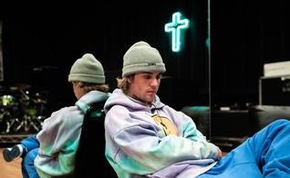 O cantor critica igrejas que se transformam em local de adoração a celebridades. (Foto: Instagram/Justin Bieber)