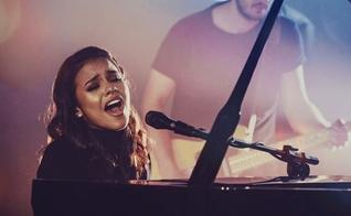 A cantora Julia Vitória conquistou milhares de seguidores nas redes sociais interpretando covers. (Foto: Divulgação)