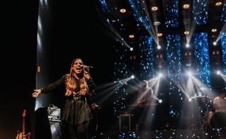 """Gabriela Rocha está lançando seu novo álbum """"Juntos em Adoração"""" e também um podcast com devocionais, ambos no Spotify. (Foto: DIvulgação)"""