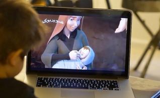 Crianças assistem a desenho bíblico em plataforma de igreja online. (Foto: Mission Netowrk News)