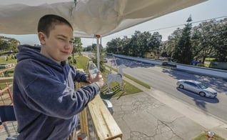 Carson Rudy, de 14 anos, arrecadou doações para uma organização cristã em uma campanha nos EUA. (Foto: Pierre Ducharme/The Ledger)