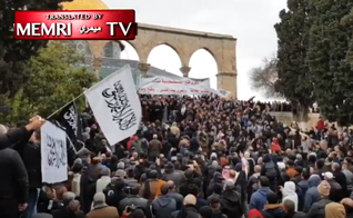 O pregador palestino Nidhal Siam diante de uma multidão de fiéis muçulmanos na Mesquita Al-Aqsa. (Foto: MEMRI)