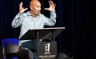 Francis Chan é conhecido por pregar em conferências pelo mundo todo. (Foto: Reprodução)
