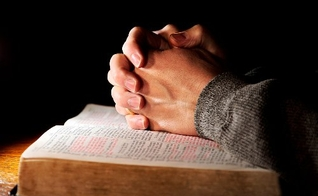 Mãos sobre a Bíblia Sagrada. (Foto: A Biblia)