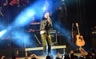 Vocalista do Trio Salvador, Edu Pontes, durante apresentação da banda. (Foto: Reprodução)