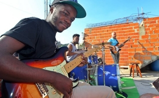 """Vinicius Coelho - ou """"Vini King"""", como também é chamado fazendo referência a BB King, é um jovem tímido, mas muito habilidoso com a guitarra. (Foto: Estadão)."""