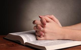 Mãos sobre a Bíblia. (Foto: Filhos da Fé)