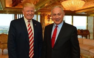 Donald Trump ao lado de Benjamin Netanyahu, primeiro ministro de Israel. (Foto: Reprodução/Times Of Israel)