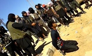 Terrorista do Estado Islâmico prestes a executar vítima. (Foto: Salvo)