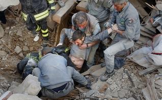 Vítima de terremoto, homem é resgatado na Itália. (Foto: Independent)