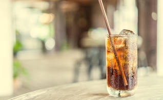 O açúcar contido nos refrigerante podem resultar em efeitos negativos no corpo. (Foto: Shutterstock)
